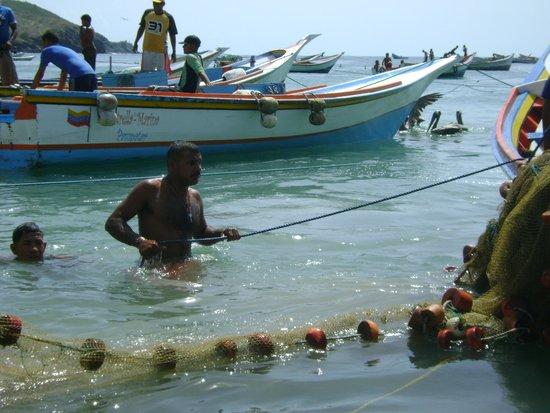 Pescadores en Playa Manzanillo. Comer pescado en Playa Manzanillo, Isla Margarita
