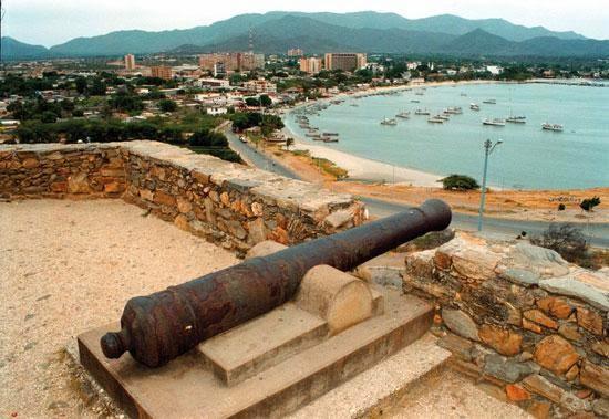 Fortín de La Galera con la Bahía Juan Griego al fondo